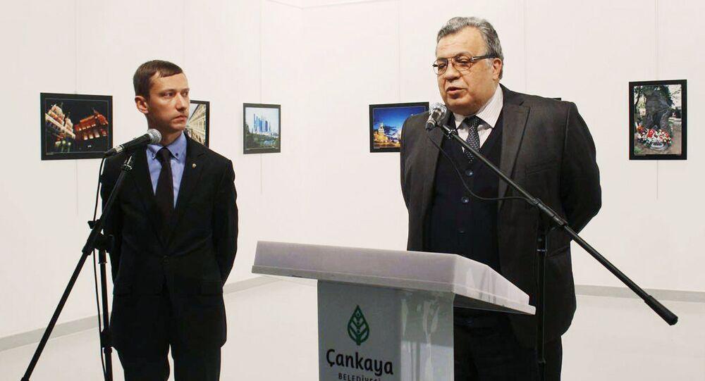 Embaixador russo Andrei Karlov (à direita) na abertura da exposição de fotos no Centro de Arte Moderna em Ancara. (Só é permitido usar esta imagem para fins editoriais. O uso comercial ou campanha promocional são proibidos)