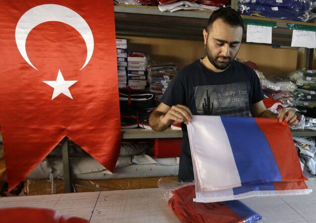 Istambul, Turquia, funcionário de uma loja manuseia bandeira da Rússia