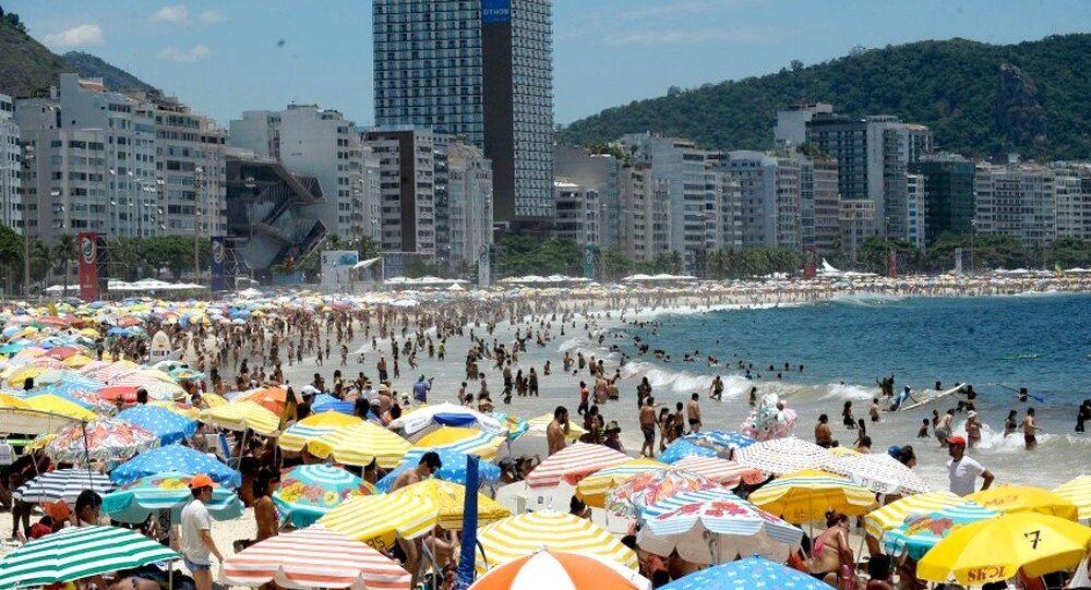 Praia de Copacabana em tradicional dia de sol no  verão do Rio de Janeiro