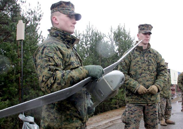 Os militares da OTAN seguram o minidrone norte-americano, Raven RQ-11B, durante os exercícios Operation Summer Shield, na Letônia (foto de arquivo)