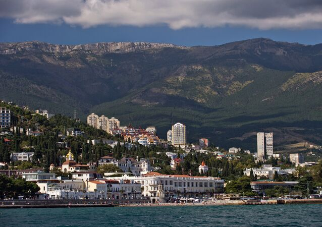Crimeia, Rússia. Vista de Yalta a partir do mar Negro