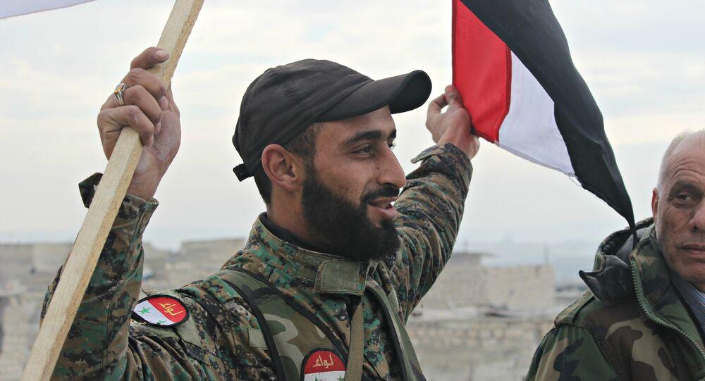 Soldado do exército sírio celebrando a libertação do bairro de Sahikh Saeed em Aleppo oriental