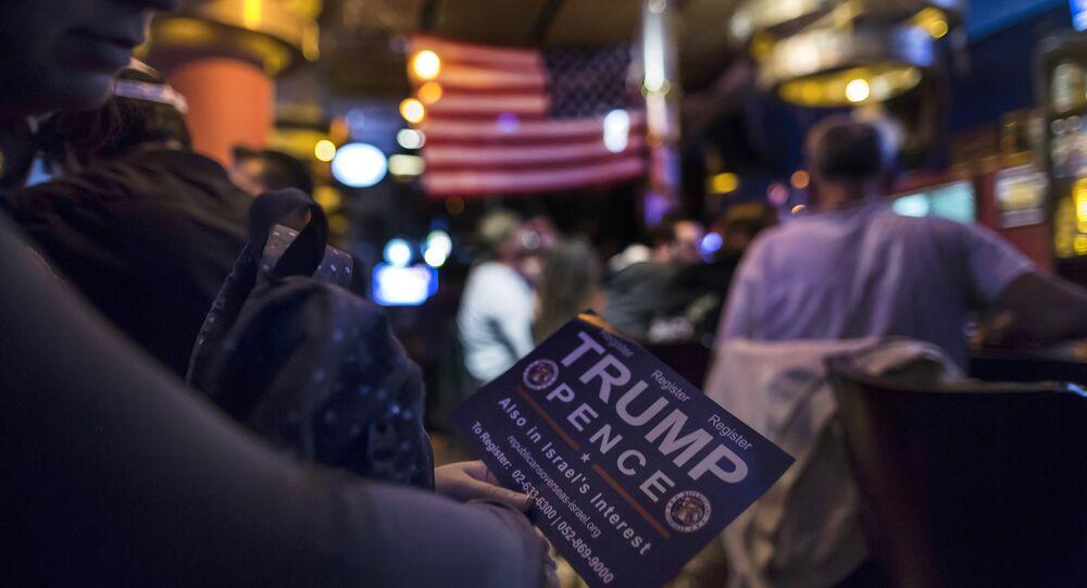 Uma mulher acompanha contagem de votos após eleições presidenciais nos EUA. Jerusalém, 9 de novembro de 2016