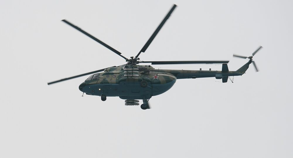 Helicóptero Mi-8 atuando durante as operações de resgate no local do acidente com o avião russo Tu-154 em Sochi, em 25 de dezembro de 2016