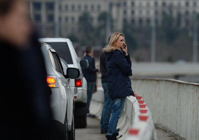 Os passageiros do aeroporto em Sochi observam a operação de resgate