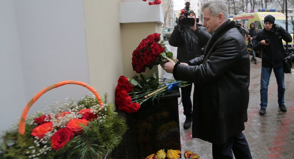 As pessoas depõem flores à sede do Ensemble Aleksandrov em homenagem às vítimas do Tu-154