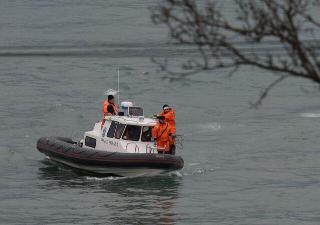 Uma lancha participa da operação de resgate do Tu-154 no mar Negro