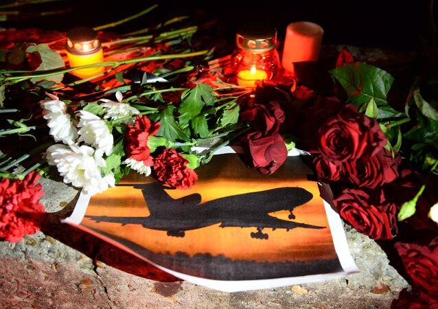 Velas e flores dixadas em Sochi para homenagear a memória das vítimas da queda do Tu-154, Rússia, 25 de dezembro de 2016