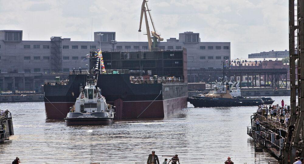 Bloco energético da usina nuclear flutuante Akademik Lomonosov é colocado na água no estaleiro Baltiisky zavod