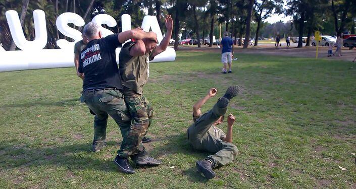 Pessoas praticando arte marcial russa Systema na Argentina