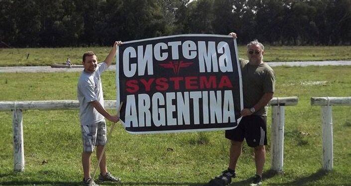 Fãs com cartaz da arte marcial Systema na Argentina
