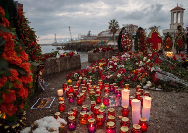 Habitantes de Sochi depositam flores e velas no píer em homenagem às vítimas da queda do Tupolev Tu-154