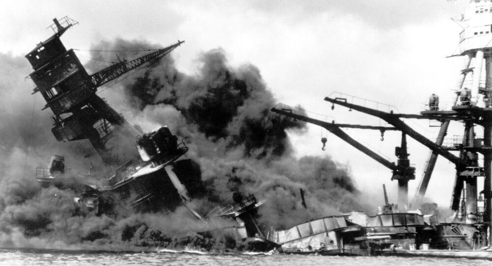 Navio dos EUA é atingido durante ataque fulminante do Japão contra a base naval americana de Peral Harbor, em 7 de dezembro de 1941, durante a Segunda Guerra Mundial
