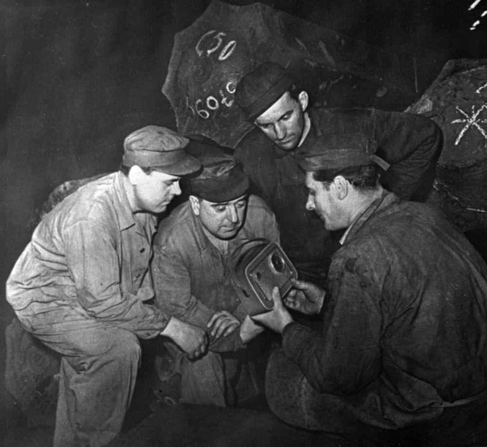 Trabalhadores ouvem a mensagem de rádio sobre o vôo de Yuri Gagarin
