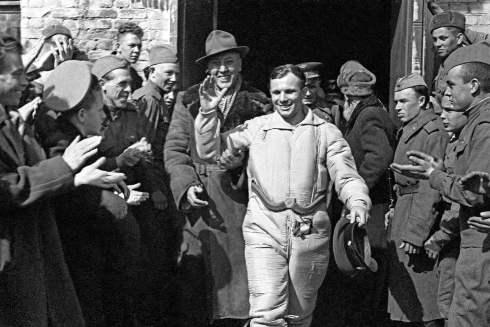 Cosmonauta soviético Yuri Gagarin após a aterrisagem