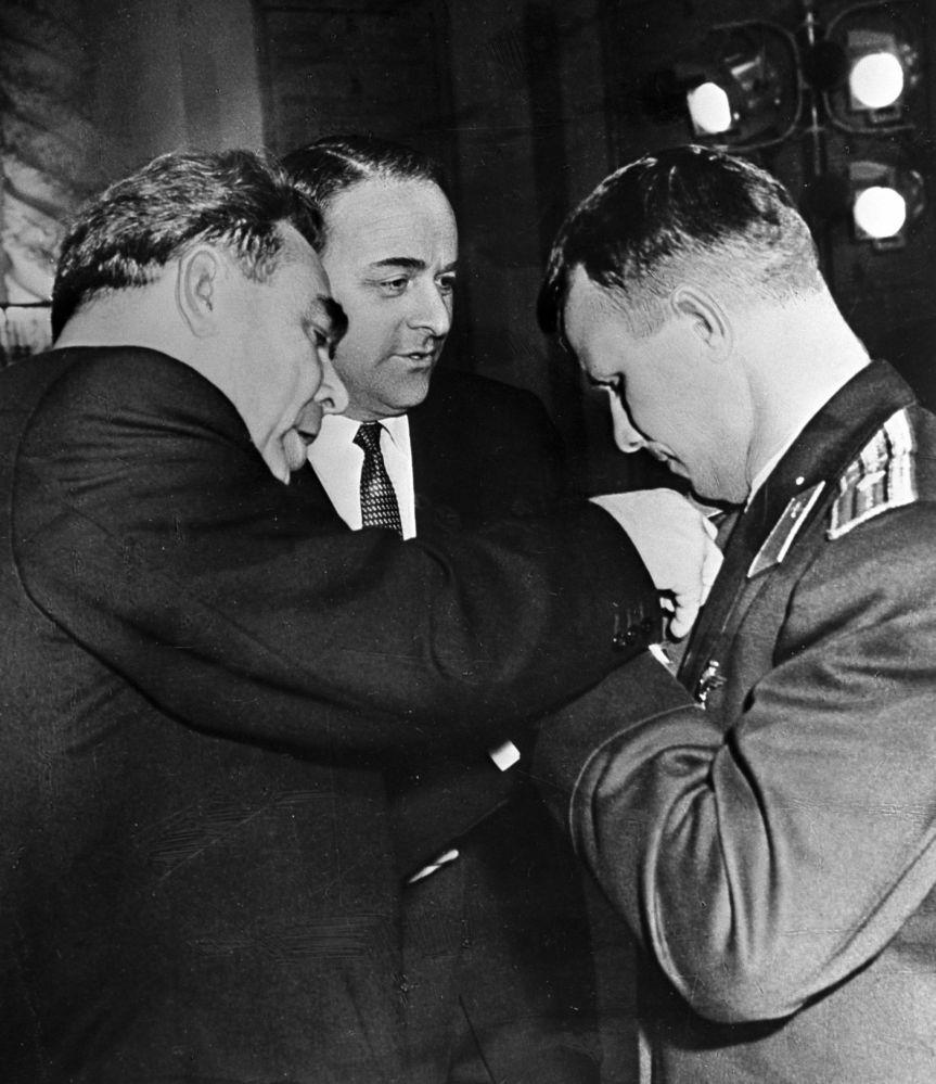 Leonid Brezhnev condecora o cosmonauta Yuri Gagarin