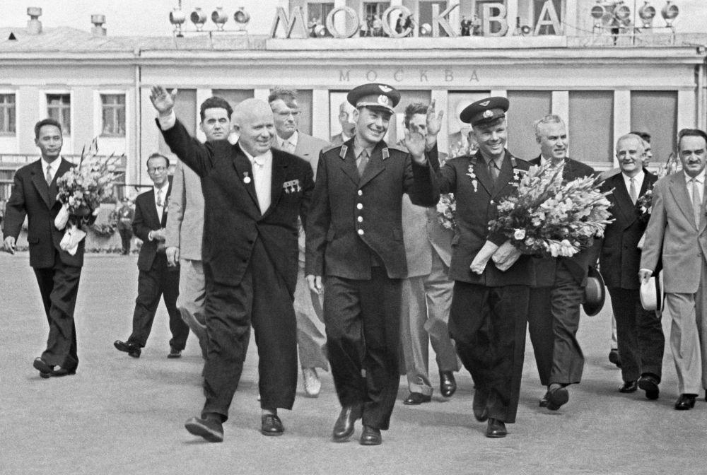 Primeiro secretário do Comitê Central do PCUS, Nikita Khrushchev, e cosmonautas German Titov e Yuri Gagarin