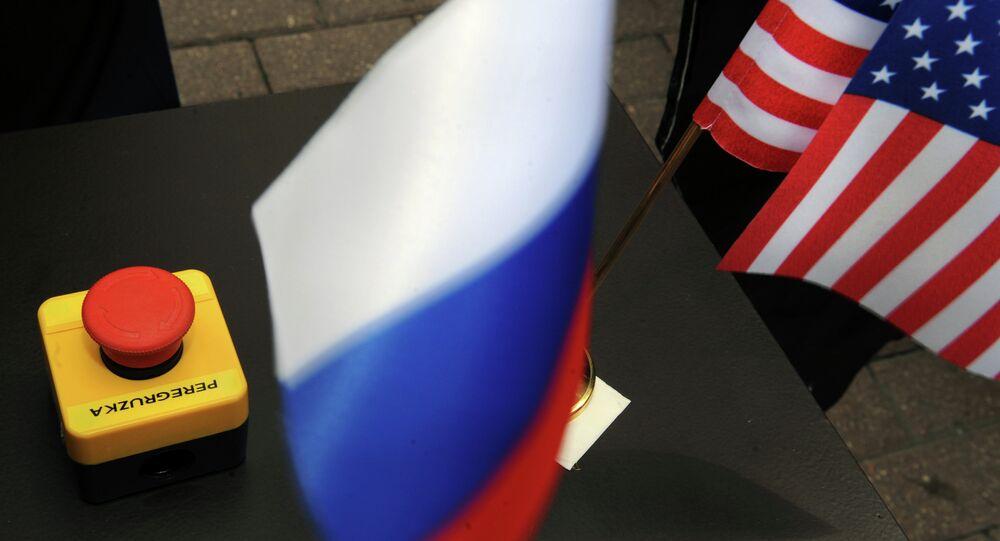 O simbólico botão de reset apresentado ao Ministro das Relações Exteriores russo Sergei Lavrov pela ex-secretária de Estado dos EUA Hillary Clinton.