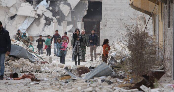 Carla Ortiz ao lado de crianças sírias