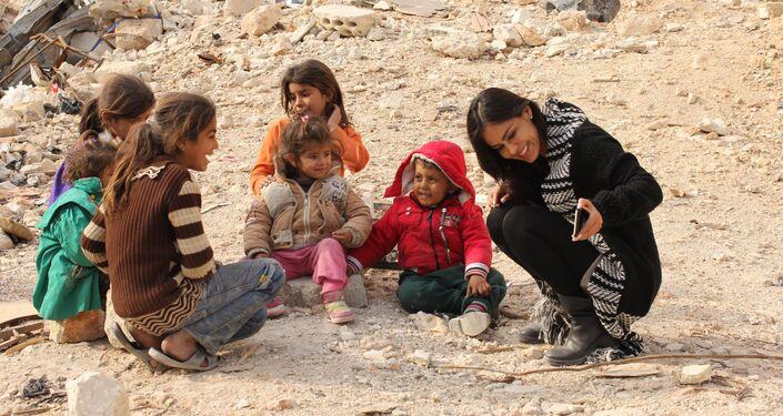 Cineasta boliviana Carla Ortiz mostrando imagens para crianças