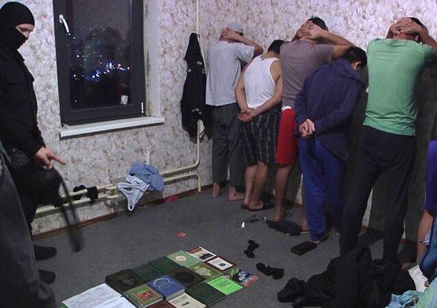 Membros da organização extremista Tablighi Jamaat, proibida na Rússia, durante a detenção pelo Serviço Federal de Segurança da Rússia (FSB)
