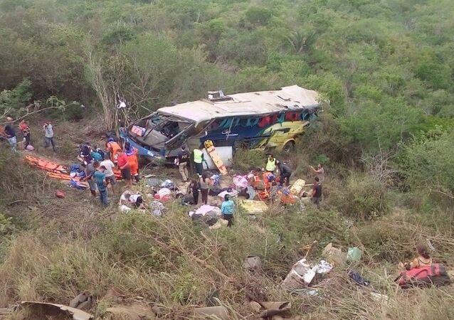 Ônibus turístico caiu na BR-116, no sudeste da Bahia