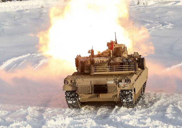 O tanque norte-americano Abrams dispara do seu canhão principal durante as manobras em Noruega, em 18 de fevereiro de 2016
