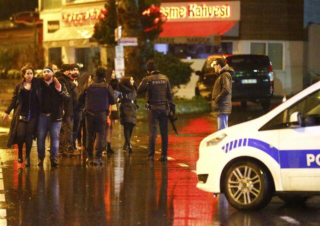 A polícia cerca a área perto da boata Reina em Istambul, Turquia, 1 de janeiro de 2017.