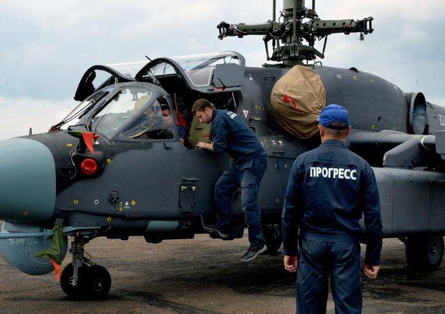 Técnicos perto do helicóptero Ka-52K Katran na fábrica da empresa aérea Progress na região de Primorie (Extremo Oriente da Rússia)