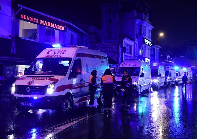 Ambulâncias no local do atentado em Istambul, 1 de janeiro de 2017
