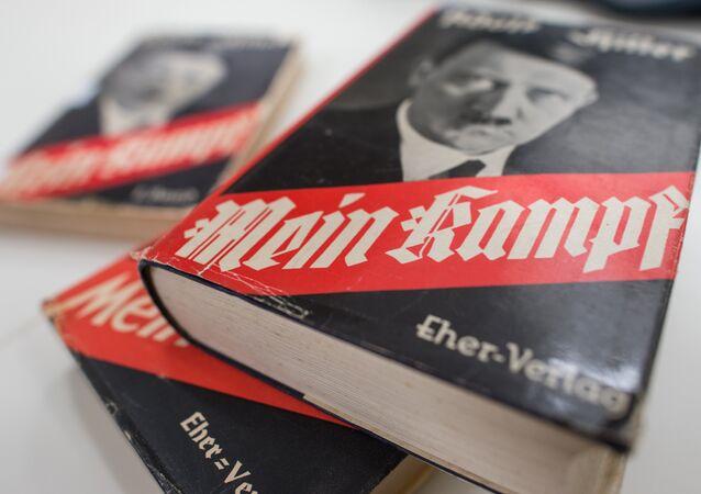Edições do Mein Kampf, de Adolf Hitler, em exibição no Instituto de História Contemporânea da Alemanha, em Munique