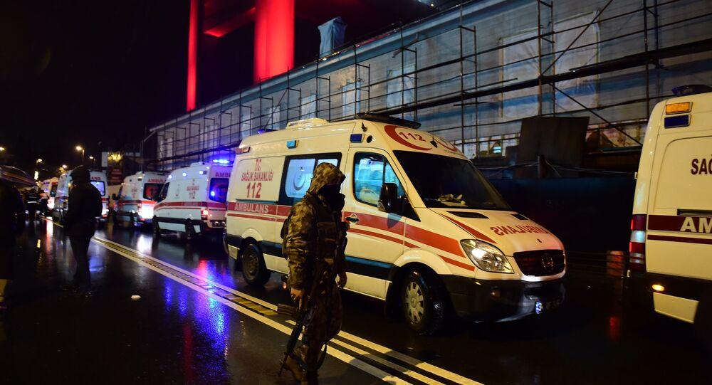 Forças especiais turcas e ambulâncias estyão no local do ataque em Istambul, 1 de janeiro de 2017
