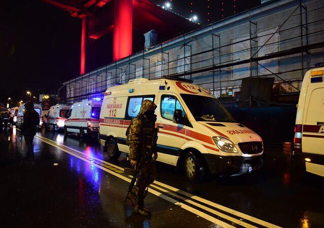 Forças especiais turcas e ambulâncias nas ruas de Istambul após ataque em boate em 1 de janeiro de 2017