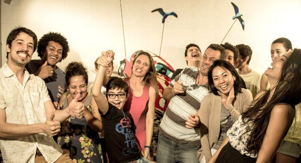 Brunno e Maria Elisabete em cada ponta e os futuros youtubers mostram que alegria é fundamental durante o curso