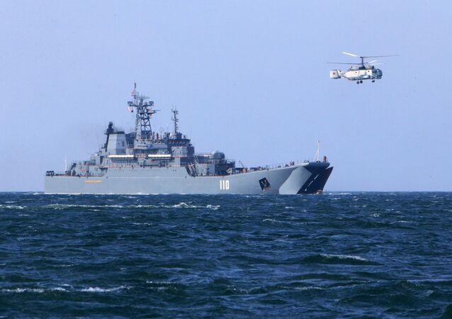 Durante exercícios militares navio de desembarque Aleksandr Shabalin com helicóptero da série Ka-27 (Foto de arquivo 2015)