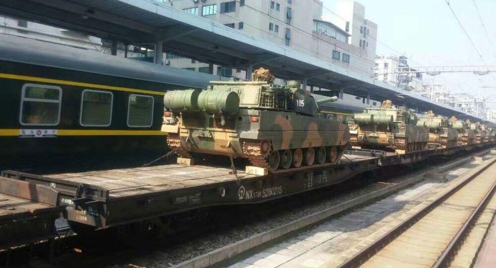 Foto do tanque leve chinês supostamente transportado a base no sul da China