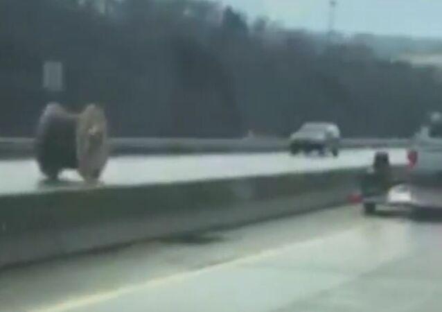 Bobina gigante atropela carros em rodovia nos EUA