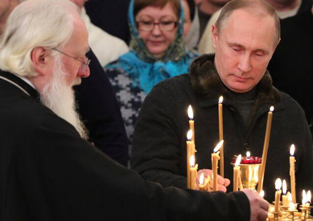 Presidente russo, Vladimir Putin, celebrou o Natal no Mosteiro de São Jorge na região da cidade russa de Veliky Novgorod.