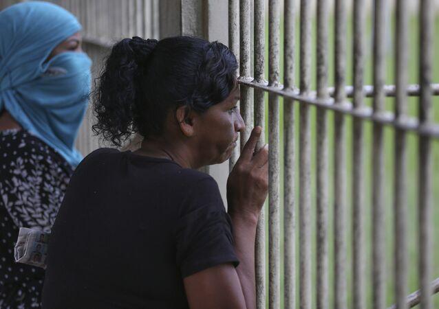 Parentes dos presos do presídio Anísio Jobim em Manaus aguardam a lista com os nomes das vítimas da rebelião de 3 de janeiro de 2017