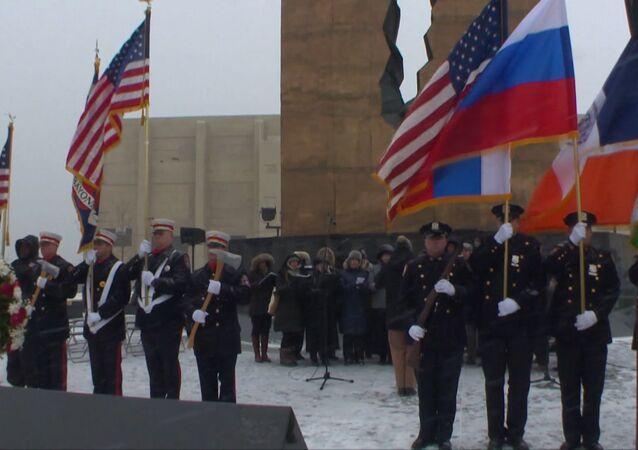 Americanos cantam hino da Rússia em homenagem às vitimas do acidente com Tu-154
