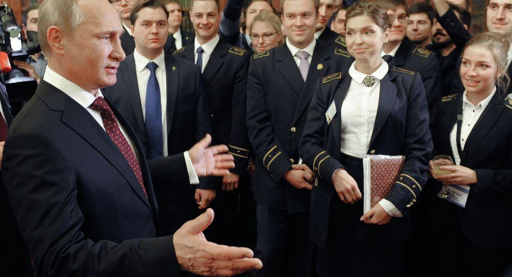 Presidente russo Vladimir Putin, em encontro com estudantes universitários em São Petersburgo.