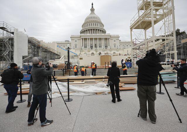 Jornalistas junto ao Capitólio cobrindo os preparativos para a cerimônia de posse de Trump (20 de janeiro), em 8 de dezembro de 2016