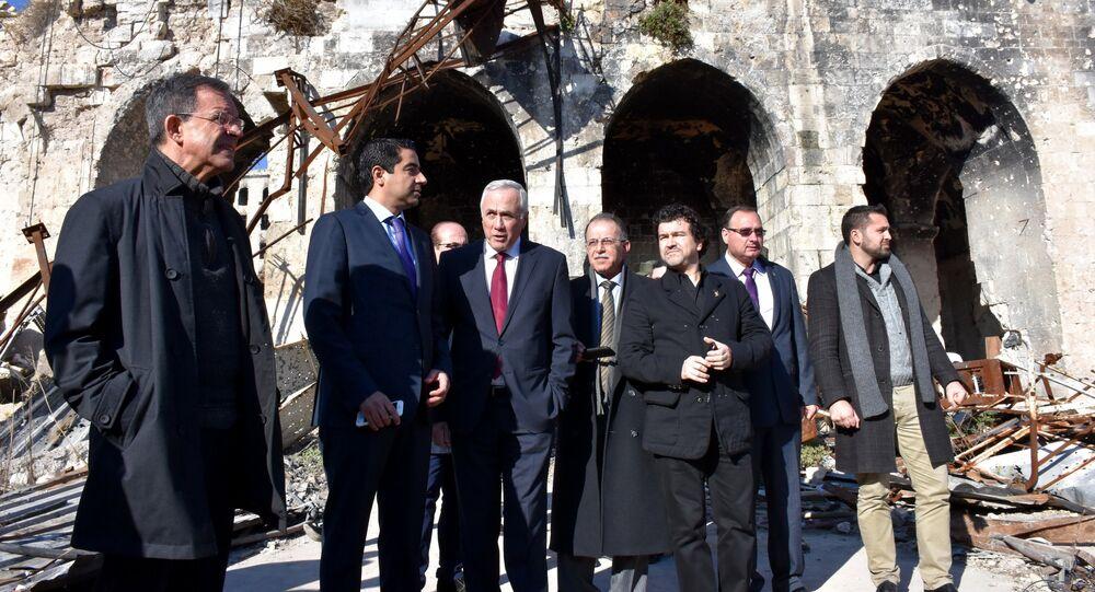 Deputados franceses Thierry Mariani (à esquerda) e Nicolas Dhuicq (terceiro à direita), do LR ('Les Républicains'), visitam a cidade antiga de Umayyad em Aleppo em 6 de janeiro de 2017