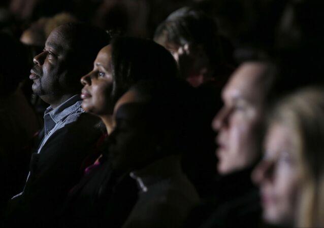 Os simpatizantes de Obama assistem a uma apresentação de vídeo antes de o presidente proferir sua mensagem de despedida no McCormick Place, em Chicago, em 10 de janeiro de 2017.