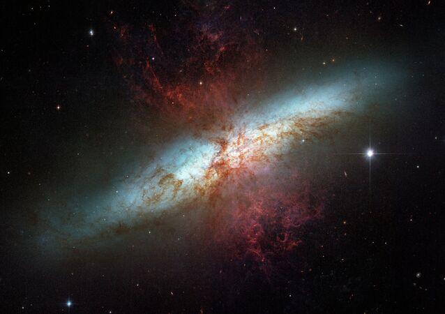 Galáxia starburst M82