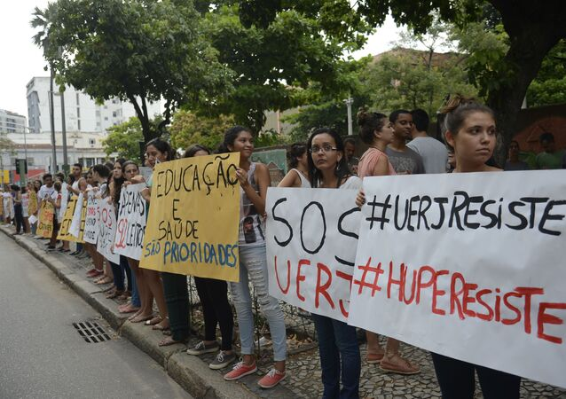 Professores, servidores, alunos e ex-alunos da UERJ participam de protesto contra a falta de recursos da instituição