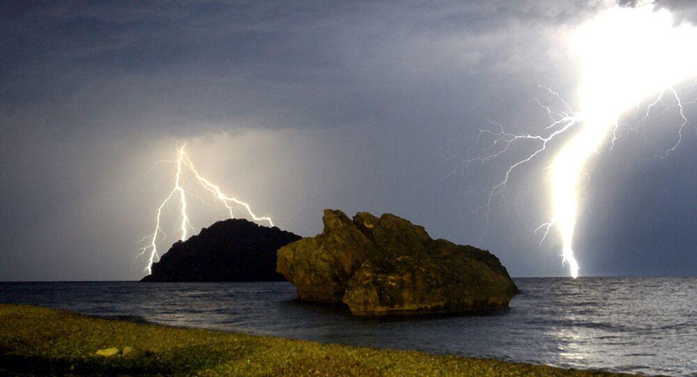 Dois raios são vistos durante uma tempestade sobre o Mar Egeu em Eubéia, Grécia central - 29 de junho de 2003