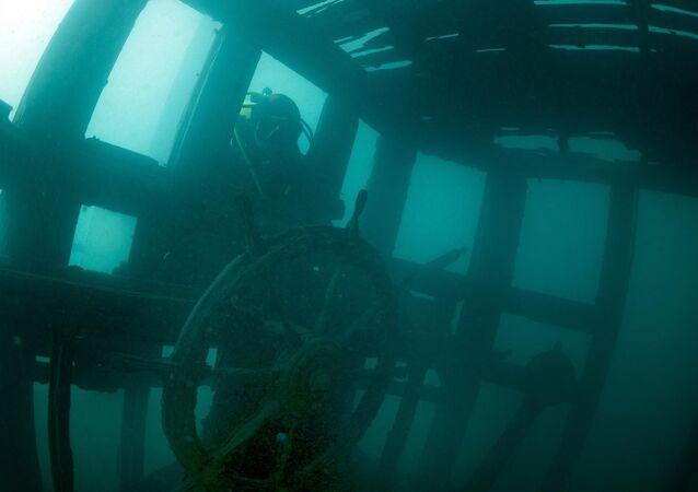 Mergulhador encontra navio no lago
