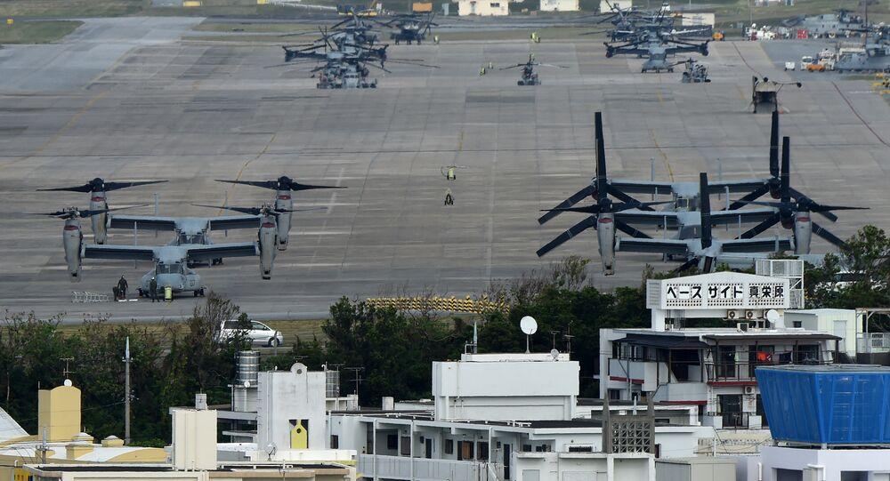 Aeronaves norte-americanas Osprey na base militar em Okinawa, Japão, 2014