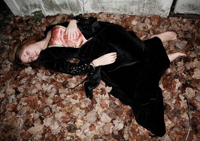 Mulher tira foto como se estivesse morta
